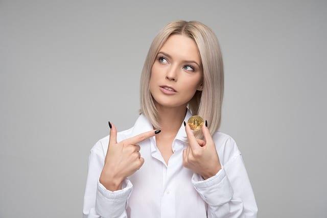 Blondine spart Geld beim Schlüssel machen